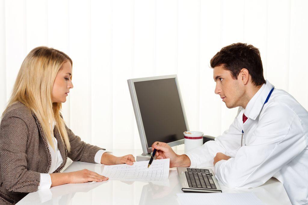 Arztgespräch. Patient und Arzt im Gespräch in einer Arztpraxis